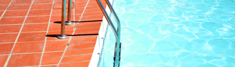 Instalar escalera de acceso a piscina en Oleiros