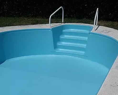 Escaleras de acceso a piscinas en Oleiros